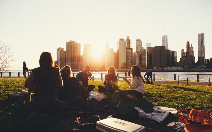 picnic friends in cityscape